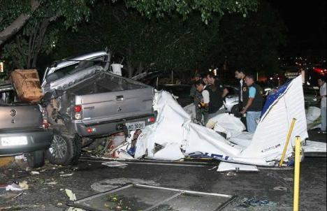 O avião caiu no estacionamento do Shomping Flamboyant - Goiânia - Go.
