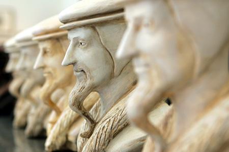 Vários bustos de João Calvino sobre a porta de entrada do Museu da Reforma. O museu apresenta a história do movimento religioso criado por João Calvino. Martial Trezzini, Keystone.