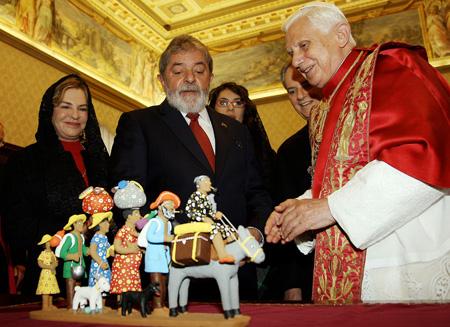 Um Presente de Lula ao Papa representando uma Família retirante do Nordeste Brasileiro.