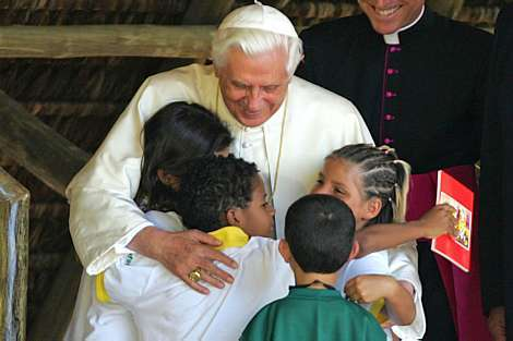 Papa Bento XVI Abraça as Crianças - Acolhimento às Famílias Brasileiras.