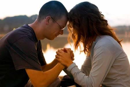 Casal_rezando_juntos