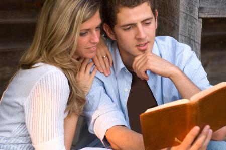 Lendo_Bíblia_casal