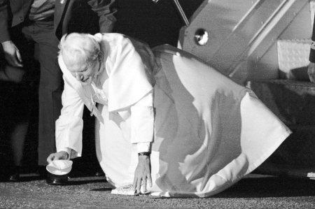 pa-João-Paulo-II-beija-o-chão-em-sua-chegada-ao-Brasil.-São-Paulo-12-de-outubro-de-1991[1]