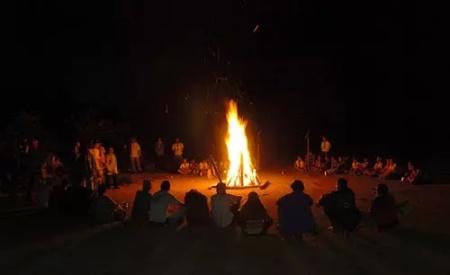 Pessoas_esquentando_redor_fogo