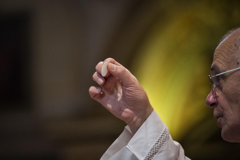 Enchei Vos Do Espírito Santo De: Estamos Comungando Jesus Ou Comendo Hóstias ?